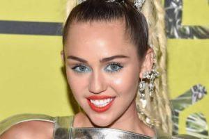 Miley Cyrus medio en bolas en los MTV Awards 2015.