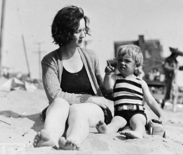 Marilyn con su madre Gladys en un día de playa.