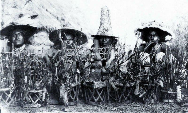 Un grupo de chamanes de principios del pasado siglo en México.