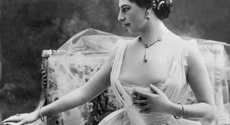 Mata Hari mostrando su belleza natural.