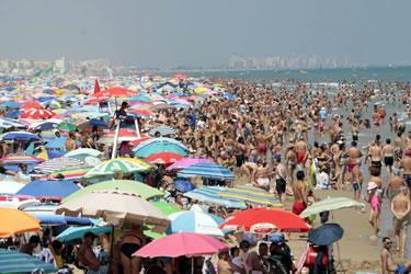 Playas saturadas de turistas que están creando una nueva ola de turismofobia en España