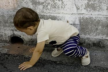 Niño pequeño con un alto grado de curiosidad