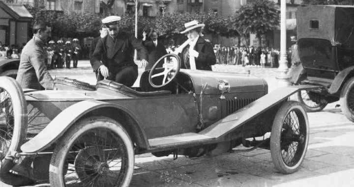 Alfonso XIII huyendo en su Hispano-Suiza
