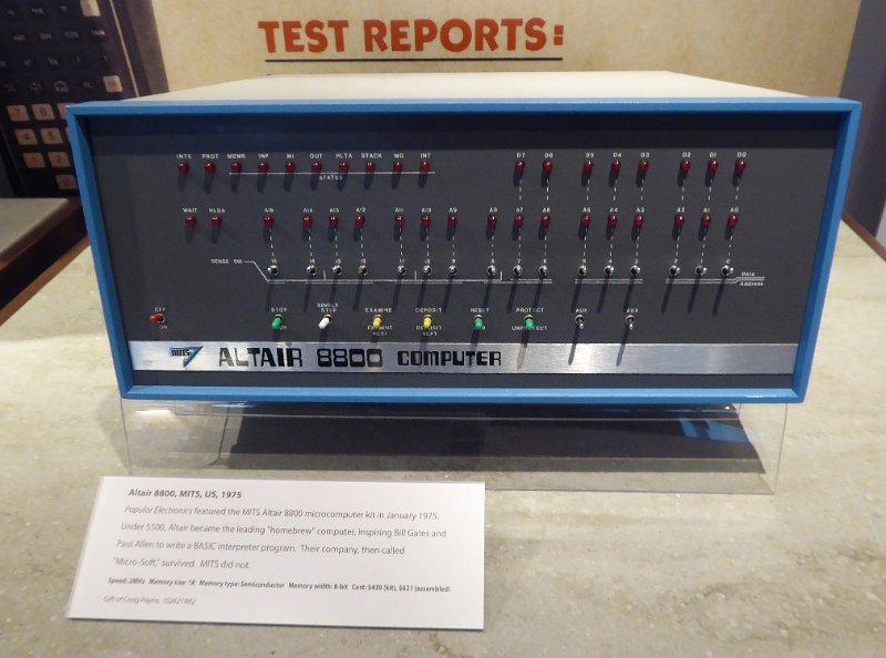 La primera computadora personal vendida como un kit de autoensamblaje (1975).