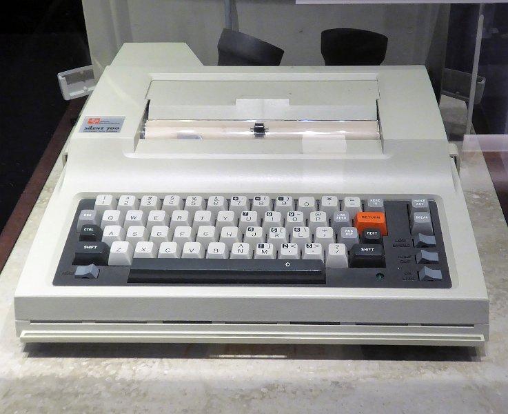 Un terminal Texas Instrument Silent 700, con impresora térmica y módem acústico.