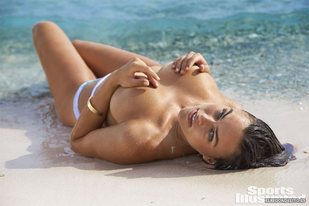 Sports_Illustrated_Myla_Dalbesio_Sexy_2017_020