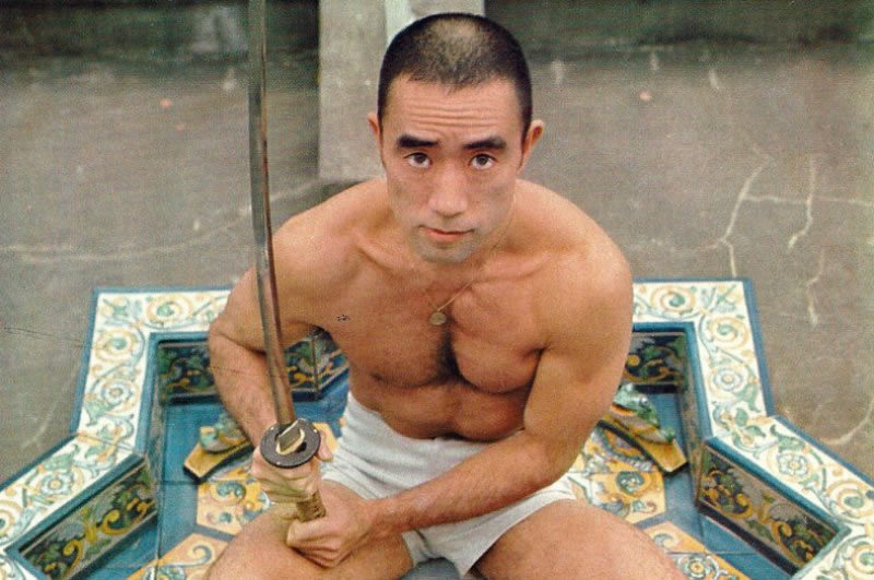 Yukio Mishima con su katana