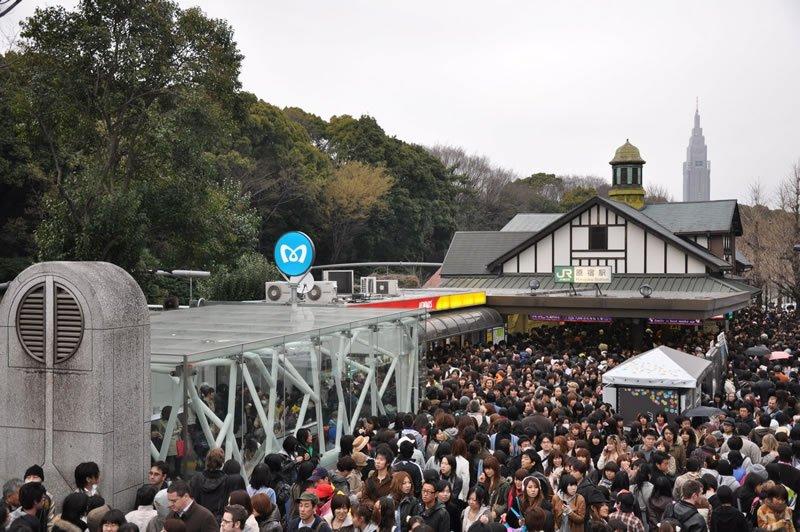"""Santuario Meiji (明治神宮 Meiji Jingū?), situado en Shibuya (Tokio), es el santuario Shintoista que está dedicado a los espíritus deificados del Emperador Meiji y su mujer, la Emperatriz Shōken."""" title=""""Santuario Meiji (明治神宮 Meiji Jingū?), situado en Shibuya (Tokio), es el santuario Shintoista que está dedicado a los espíritus deificados del Emperador Meiji y su mujer, la Emperatriz Shōken."""