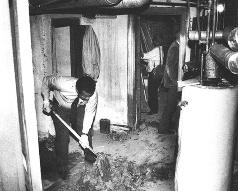 Policía cavando en el sótano de Heidnik. Sus victimas cautivas fueron torturadas y abusadas sexualmente en este escenario. Heidnik finalmente asesinó y desmembró a dos víctimas.