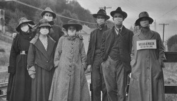 Las máscaras faciales también eran una vista común en 1918, aunque los consejos sobre estar de pie a 6 pies de distancia parecen haber tenido poca tracción
