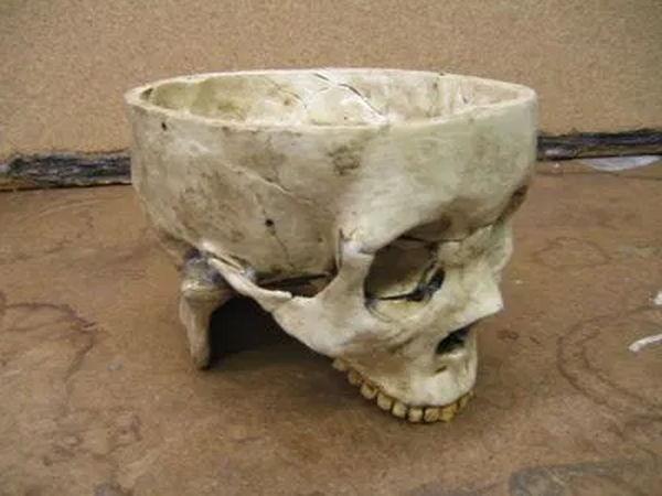Se encontraron varios tazones creados a partir de craneos humanos seccionados por la parte superior
