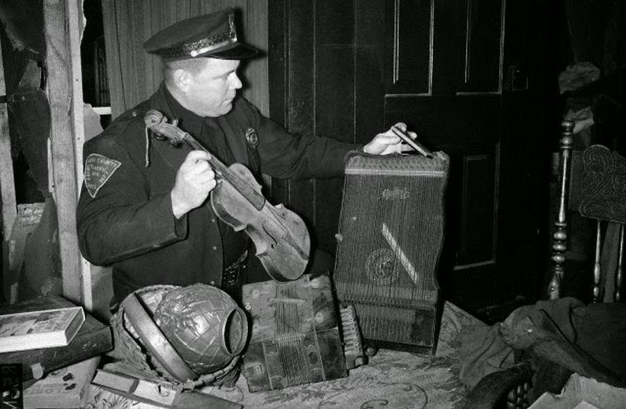 Policía buscando pruebas en la casa de Ed Gein