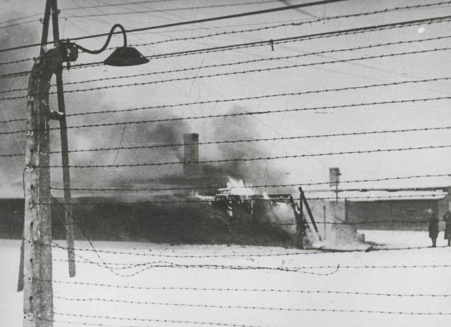 Con la inminente llegada de las tropas rusas, se ordenó la destrucción de todo tipo de pruebas, incluyendo estructuras. A su llegada, los rusos encontrarón barracas y edificios ardiendo.