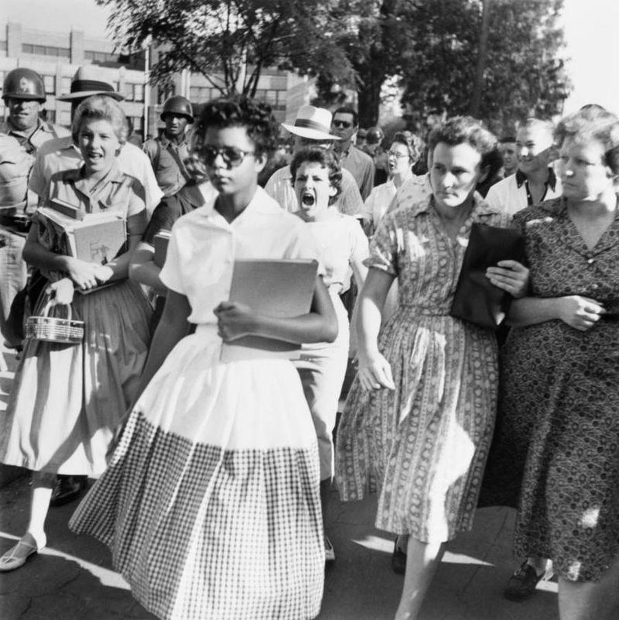 Elizabeth Eckford ignora los gritos y miradas hostiles de sus compañeros en su primer día de clases. Fue una de las nueve estudiantes afroamericanas cuya integración en la Escuela Secundaria Central de Little Rock de Arkansas fue ordenada por un tribunal federal tras una acción legal de la NAACP. El 6 de septiembre de 1957.