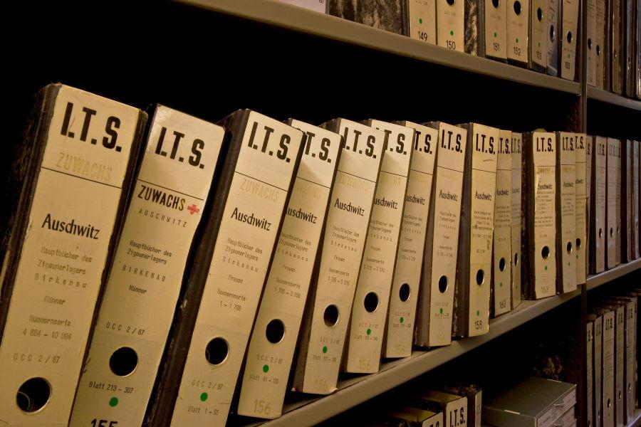Una fila de cajas de archivos en la Unidad de Documentos de los Campos de Encarcelamiento del Servicio Internacional de Rastreo que contiene 11 carpetas de los archivos de los romaníes (gitanos) de Auschwitz.