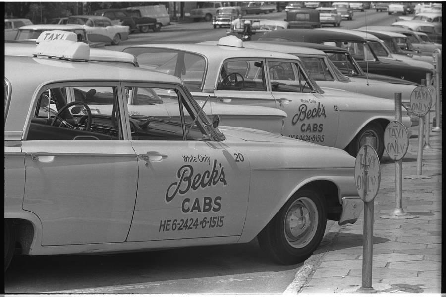 Ahora lo diametralmente opuesto: taxis «Sólo para blancos». Georgia. 1962.