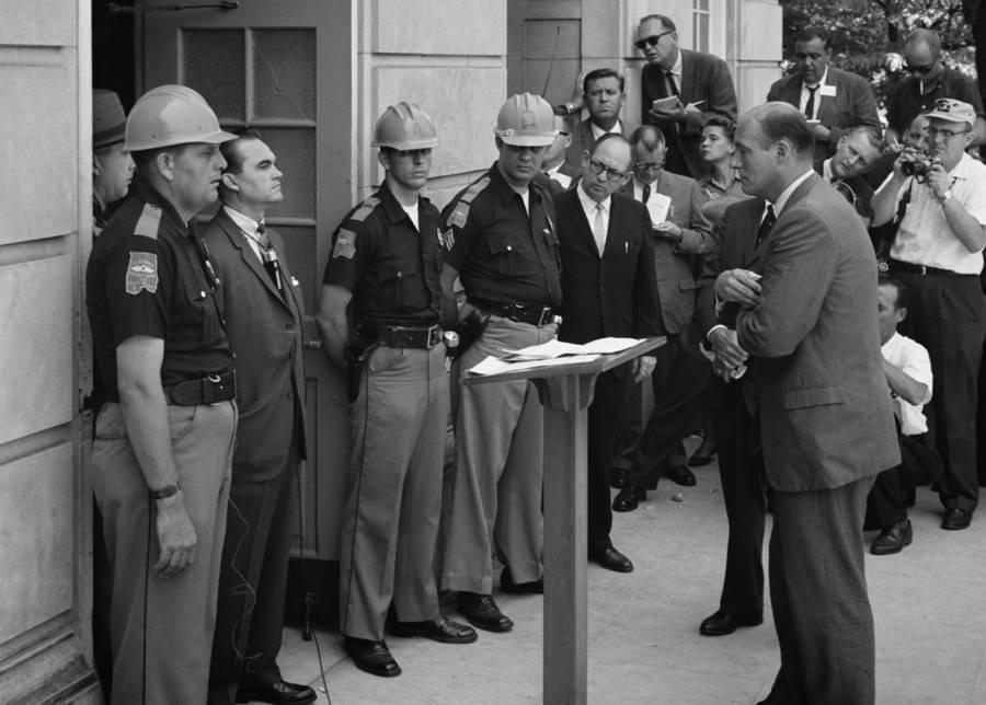 El Gobernador de Alabama George Wallace está en la puerta de la Universidad de Alabama en protesta por la integración. El 11 de junio de 1963.