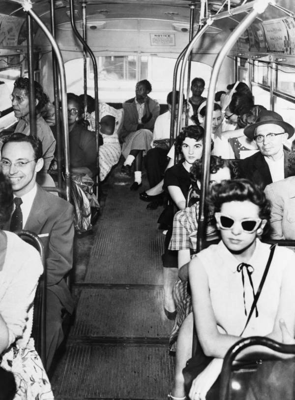 """""""A pesar de un fallo judicial sobre la desagregación de los autobuses, los blancos y los negros siguen divididos por su propia elección."""" Texas. 1956."""