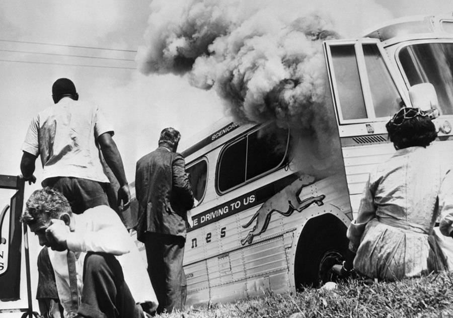 Durante los viajes de los Jinetes de la Libertad por el Sur para protestar contra los autobuses segregados, un autobús fue incendiado por una turba furiosa. Afortunadamente, todos los que iban en el autobús pudieron escapar sin ser heridos. Ubicación no especificada. 1961.