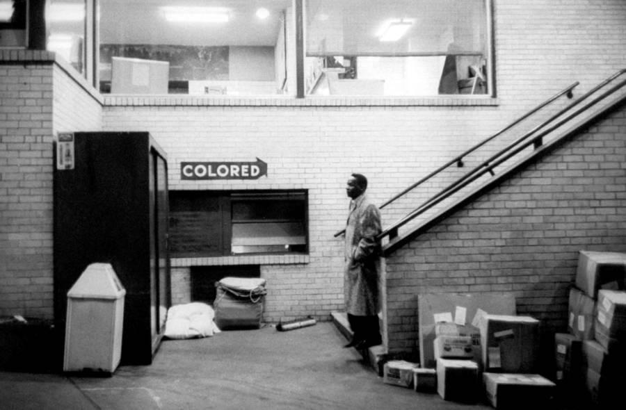 El estudiante keniata David Mbiti se sorprende por primera vez al ver la segregación en una terminal de autobuses. Georgia, 1960.