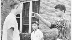 Johnny Gray, de 15 años, señala con un dedo de advertencia a uno de los dos chicos blancos que trataron de forzarlo a él y a su hermana, Mary, a salir de la acera cuando iban a la escuela en Little Rock, Arkansas, el 16 de septiembre de 1958.