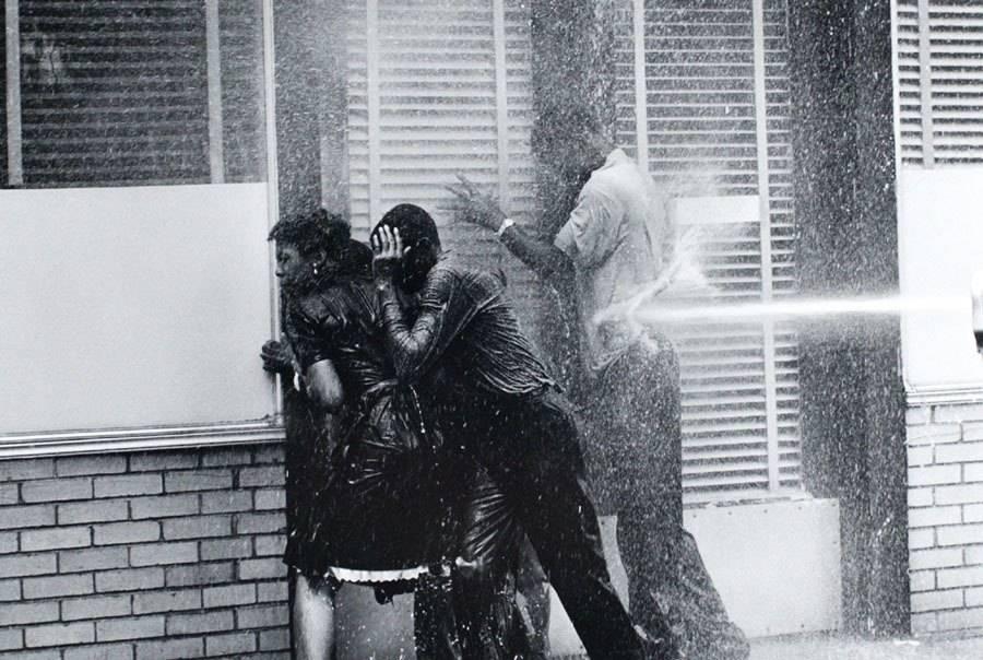 En la primavera de 1963, la protesta contra la brutalidad policial y la discriminación llegó a Birmingham, Alabama. El jefe de la policía, Bull Connor, que era famoso por haber lanzado chorros de agua con mangueras a presión contra los manifestantes, utilizó perros de presa y, llegó a utilizar sus propios puños para golpear a personas desarmadas, incluyendo mujeres y niños.