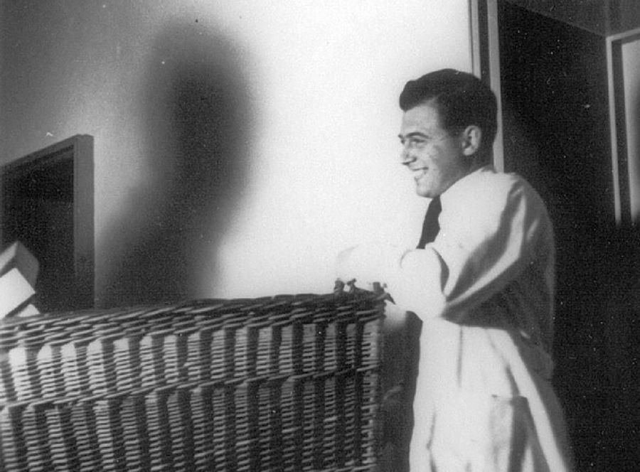 Josef Menguele en un momento de asueto en su labor exterminadora