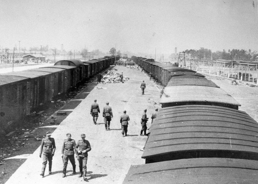 Los guardias de las SS caminan a lo largo de la rampa de llegada a Auschwitz-Birkenau.