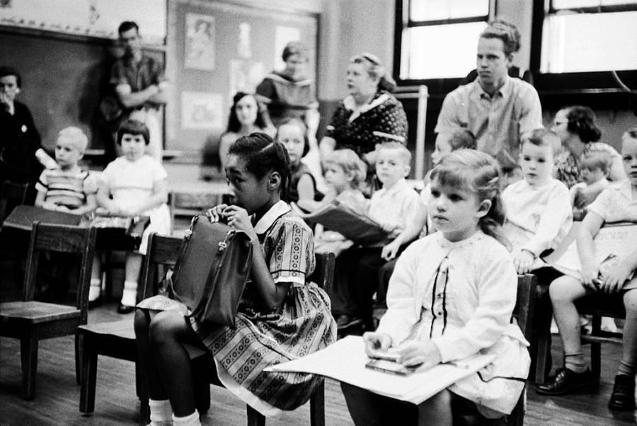 Una joven nerviosa se sienta en la primera fila. Es la única chica negra en su clase recién integrada. Tennessee. 1957.