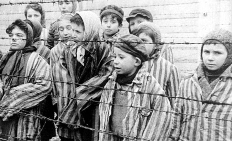 Niños presos en la alambrada de un campo de exterminio nazi