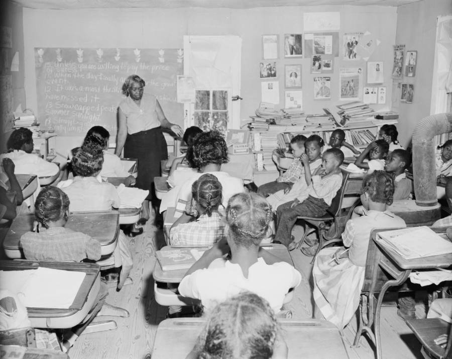 De 1959 a 1961, no había instalaciones escolares públicas en el condado de Prince Edward, Virginia, para los 1700 niños negros que se calcula que había. Los 1400 niños blancos asistían a escuelas privadas financiadas por el estado, el condado y las contribuciones privadas hechas en lugar de por el pago de impuestos. Esta foto muestra a los estudiantes negros asistiendo a la escuela en una choza de una sola instancia.