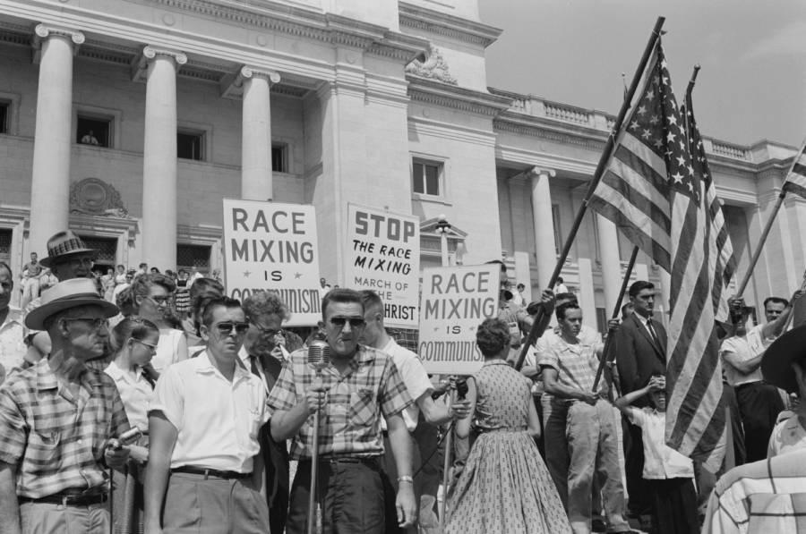 Los manifestantes protestan contra la integración de Little Rock, la Escuela Secundaria Central de Arkansas. 1959.
