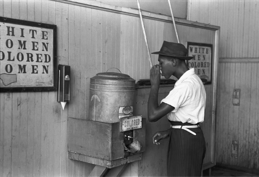 Un joven bebe en una fuente para personas «de color» en una terminal de tranvías. Oklahoma City, Oklahoma, 1939.