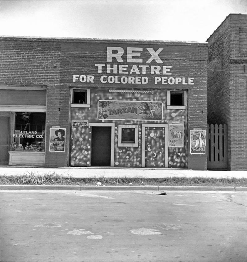 En lugar de utilizar entradas separadas, algunos establecimientos fueron, simplemente, asignados exclusivamente para uso de «gente de color». Mississippi. Alrededor de 1937.