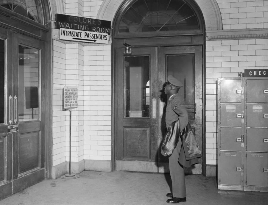 El cartel reza: Sala de espera de personas de color, pasajeros interestatales. Atlanta, Georgia. 1956