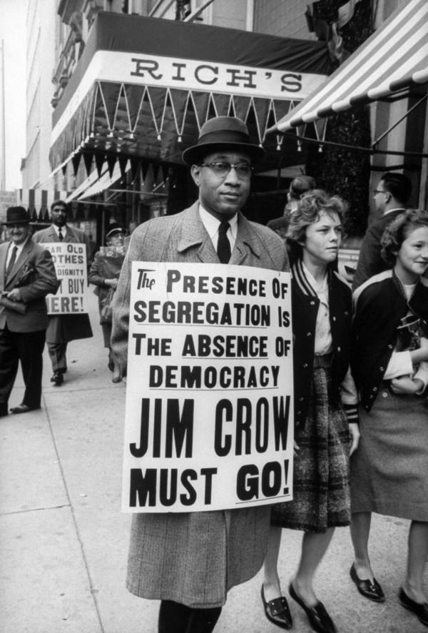 La presencia de la segregación es la ausencia de democracia, Jim Crow. ¡Debemos irnos! Manifestantes haciendo piquetes sobre la segregación delante de un local de comidas. Georgia, 1960.
