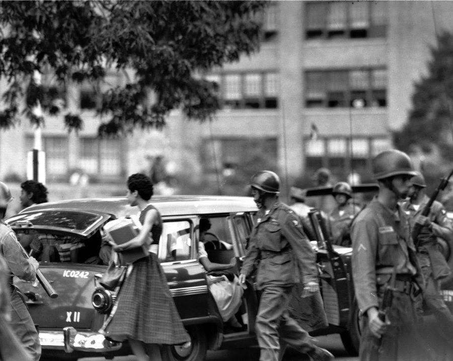 Los soldados escoltan a los primeros estudiantes afroamericanos para integrarse en la Escuela Secundaria Central de Arkansas,Little Rock, el 24 de septiembre de 1957.