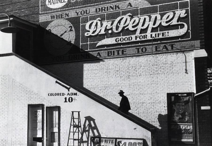 Para las personas «de color» en este teatro, han creado el acceso utilizando las escaleras por el exterior del local. Mississippi, 1939.
