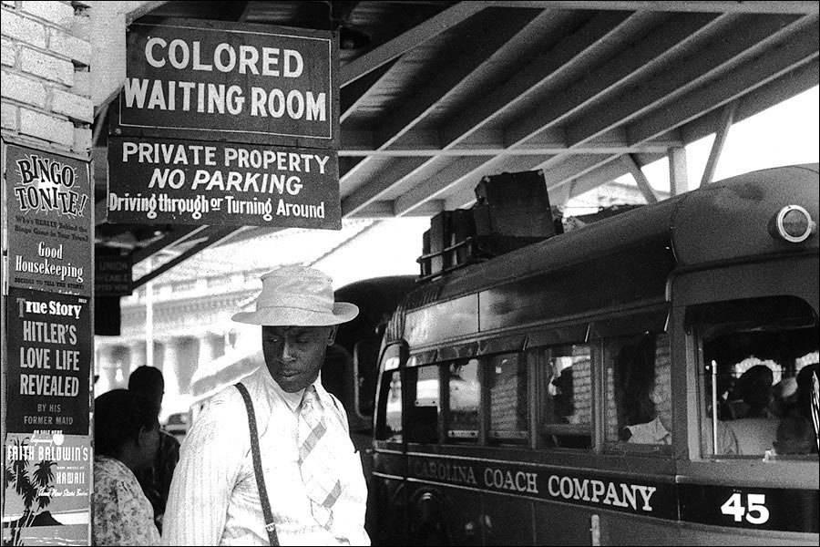 Sala de espera para personas de color en cualquier estación no segregada de Estados Unidos. Durham, Carolina del Norte, 1940.