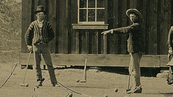 En la fotografía, tomada en 1878 en Nuevo México, se ve a Billy the Kid (izquierda) jugando a croquet.