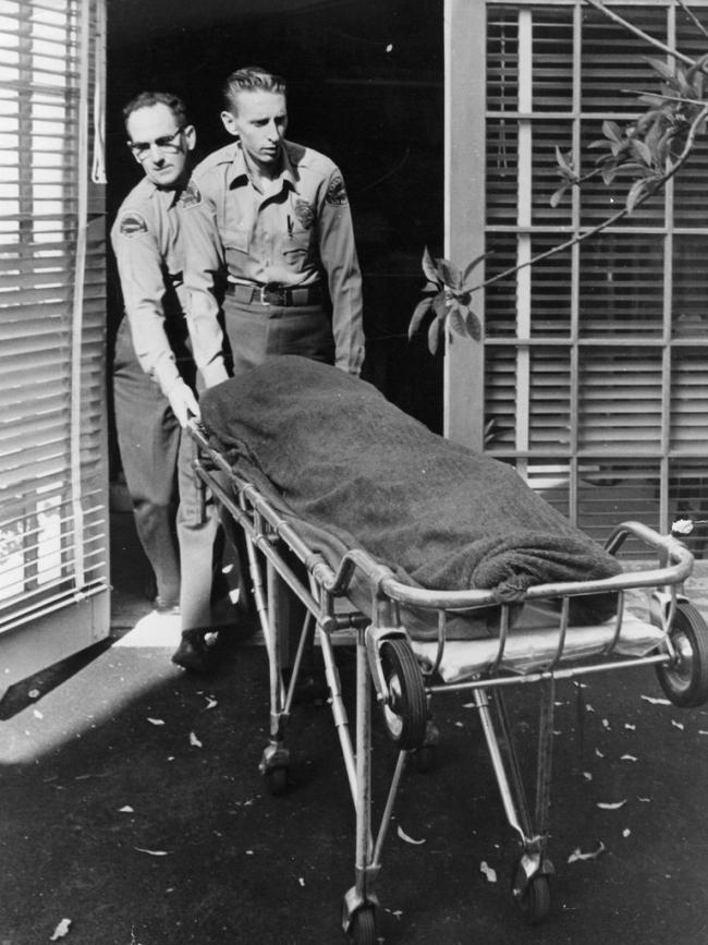 Enfermeros retiran el cuerpo de Marilyn Monroe de su casa de Los Ángeles el 5 de agosto de 1962