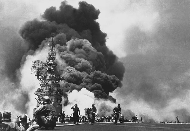 El U.S.S. Bunker Hill fue alcanzado por dos kamikazes en 30 segundos el 11 de mayo de 1945 frente a Kyushu. (National Archives and Records Administration/Wikimedia Commons)