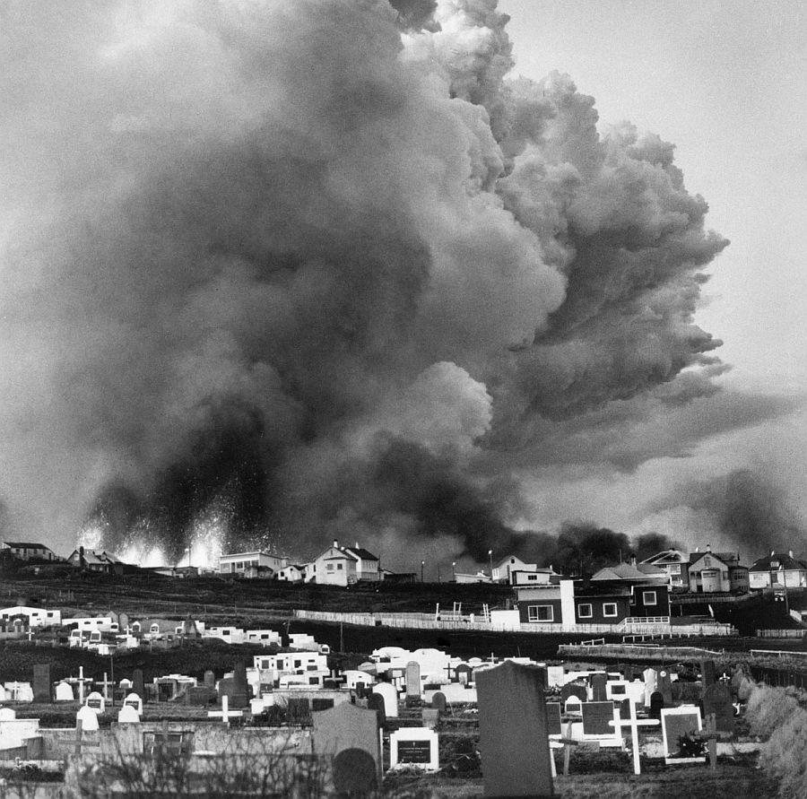 Momento de la erupción volcánica de Eldfell en Islandia